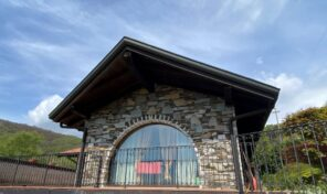 Villa a Nebbiuno con garage e giardino